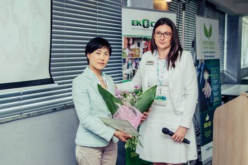 Wręczenie kwiatów prof. Misuzu Asari z Uniwersytetu w Kioto